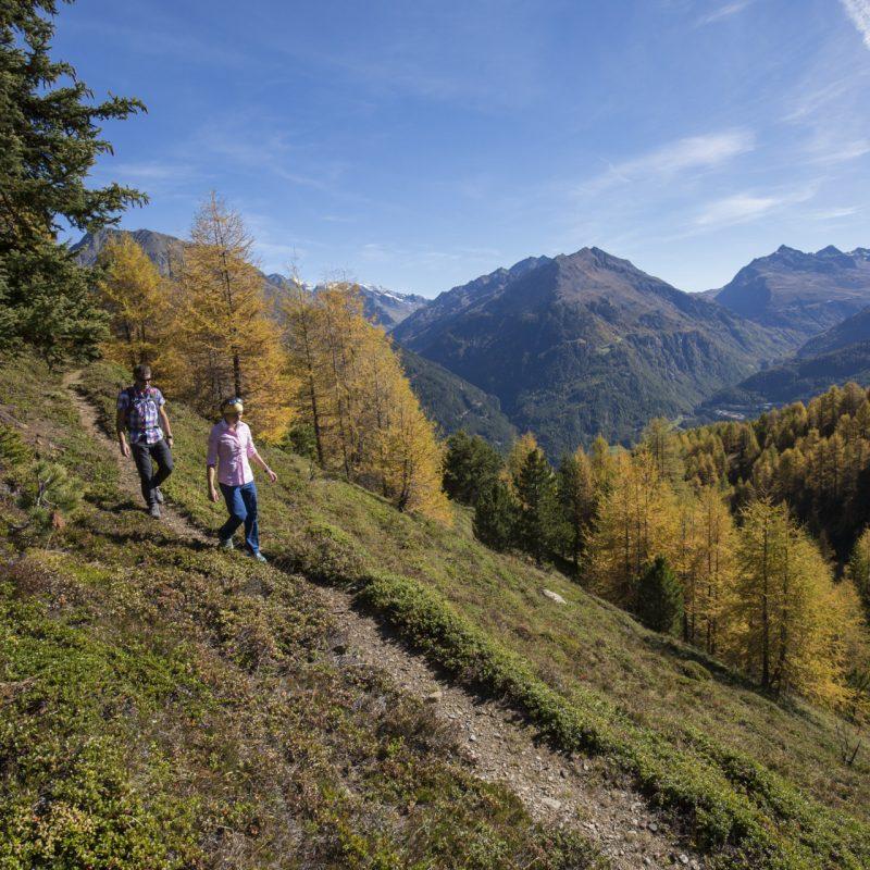 Herbstwanderszene bei Hochsoelden, Oetztaler Alpen, Tirol, Oesterreich.